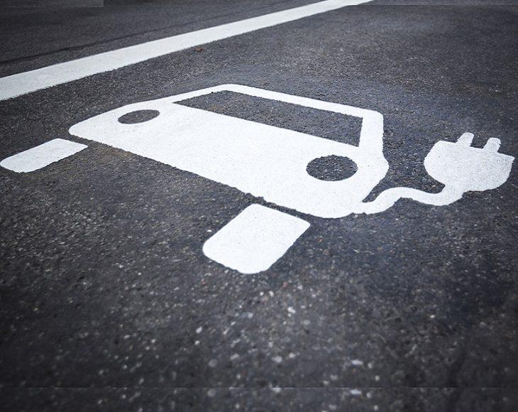 Auto-industrie steekt komende jaren 261 miljard euro in EV's